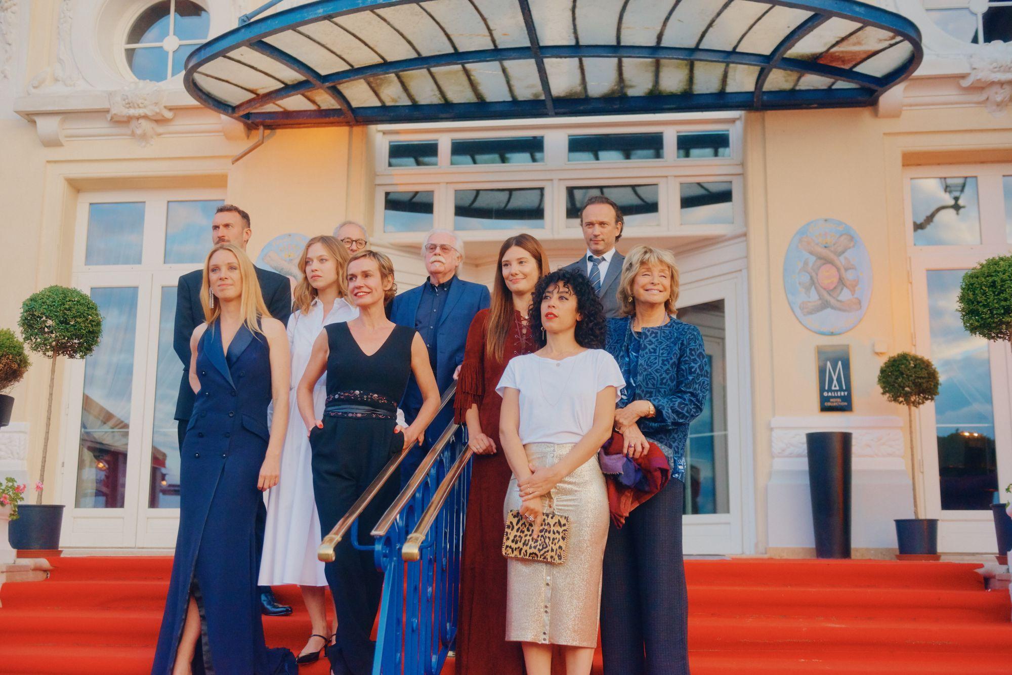 Le Grand Jury sur les marches du Grand Hôtel Maquillage : Dr. Hauschka Coiffure : Franck Provost