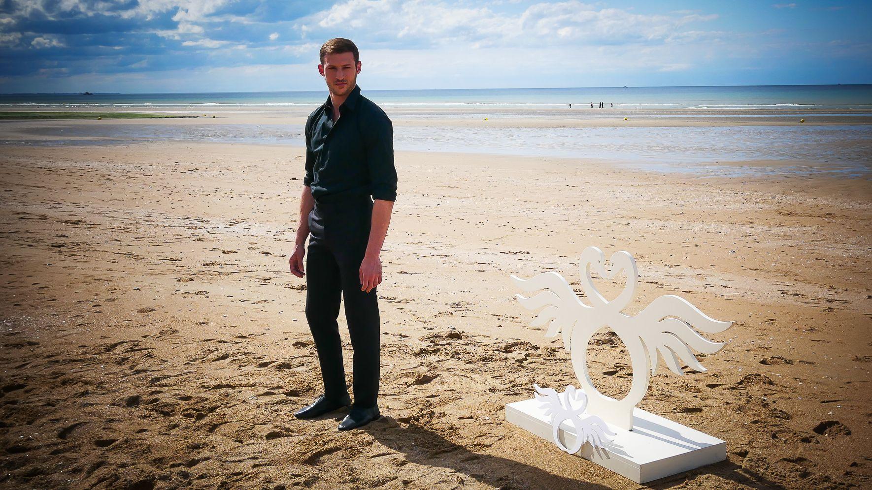 Tom Mercier (acteur) sur la plage de Cabourg