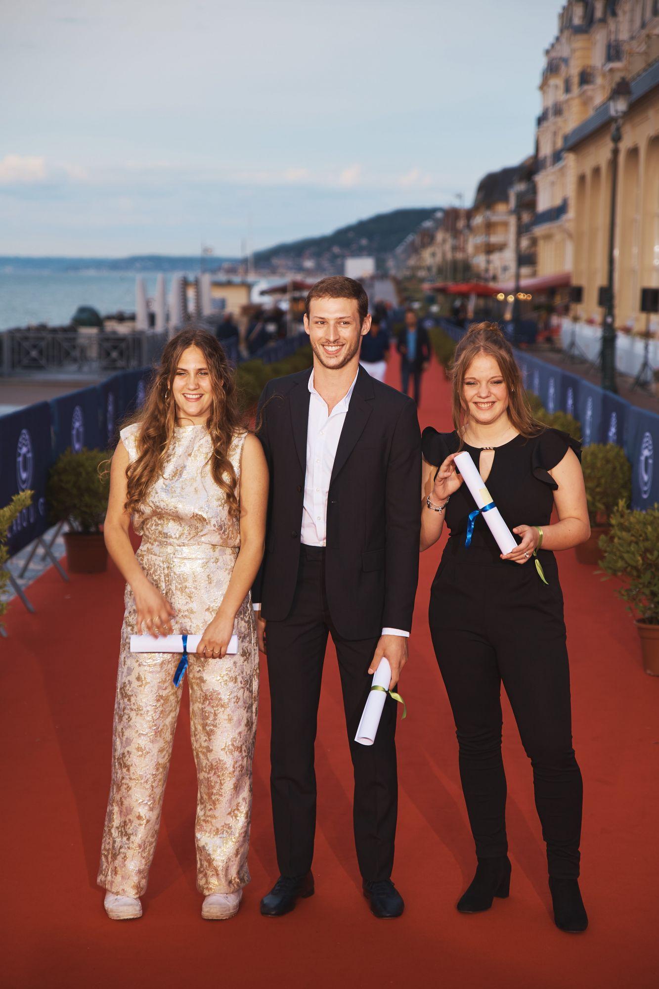 Justine Lacroix (actrice), Sarah Henochsberg (actrice) et Tom Mercier (acteur), lauréats des Premiers Rendez-Vous  Maquillage : Dr. Hauschka Coiffure : Franck Provost Chemise : Bourrienne Paris X