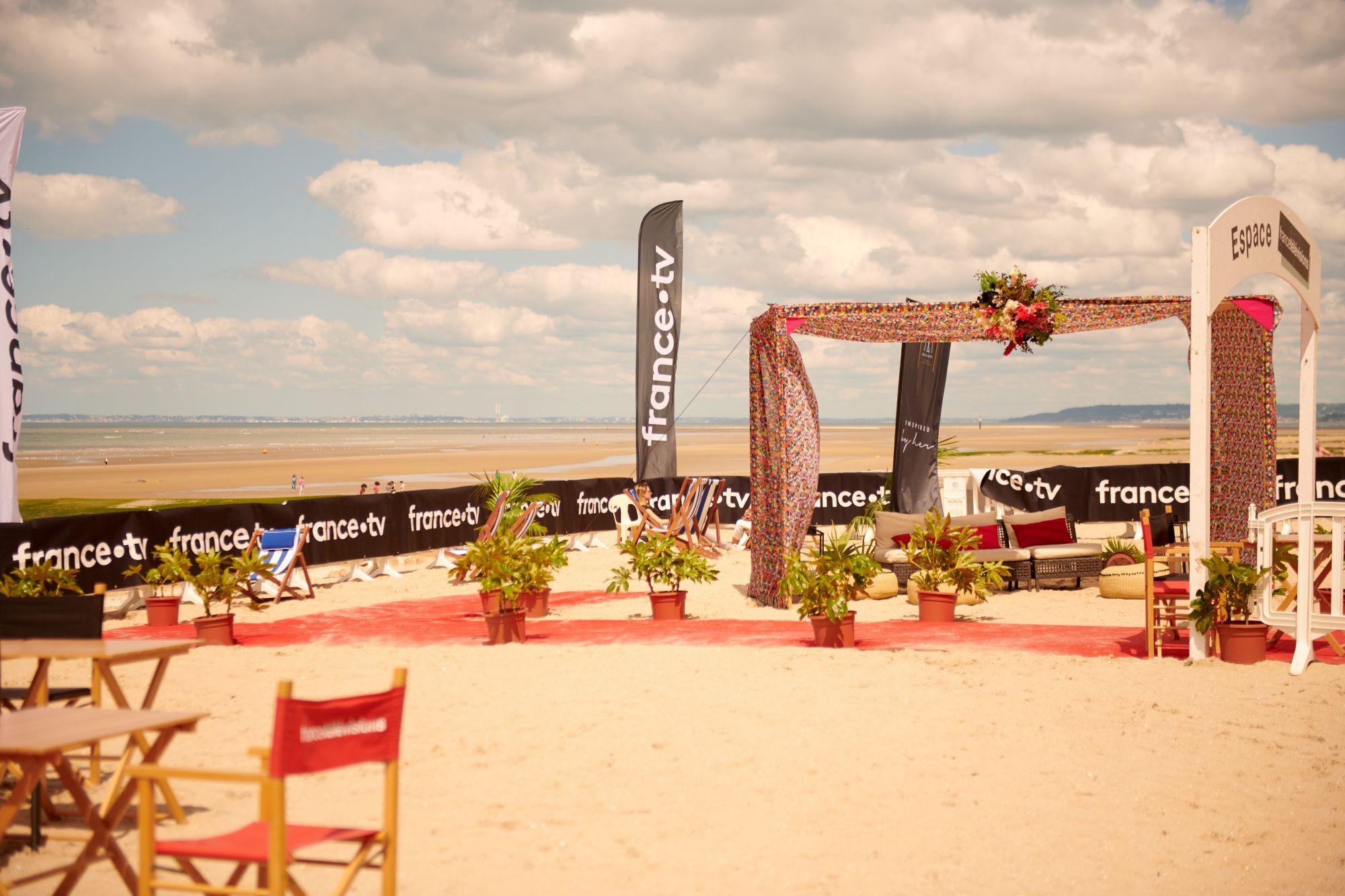 l'Espace plage France Télévisions avec l'arche MGallery Hôtel Collection